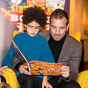 NLD/Amsterdam/20191111 - Presentatie sinterklaasboeken met Rafael v/d Vaart, Nicolette van Dam en Wendy van Dijk, Rafael van der Vaart leest voor