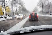Nederland, Nijmegen, 11-12-2017 Een flinke sneeuwbui gaat over de stad. Hier rijdt het verkeer extra langzaam.Foto: Flip Franssen