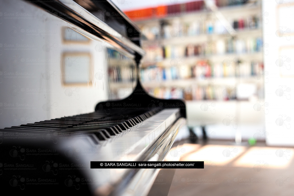 Shot of piano keyboard, Shallow depth of field, no people in the frame.