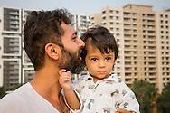 Pappa Ashish Pathak tillsammans med sonen Ishan. Bombay, Indien