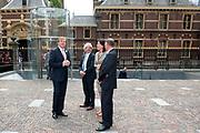 Koning Willem Alexander is bij de lancering van de website  in het Mauritshuis over de restauratie en kunsthistorisch onderzoek Oranjezaal.<br /> <br /> King William Alexander was at the launch of the website in the Mauritshuis on the restoration and art historical research Oranjezaal.<br /> <br /> Op de foto / On the photo:  Aankomst / Arrival