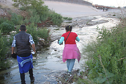 April 29, 2019 - Juarez-El Paso, Mexico - Every day, approximately 1,000 migrants cross the Rio Grande through Ciudad Juarez with the intention of reaching the United States to ask for political asylum, which is creating a crisis in the city of Paso Texas because of the saturation in the shelters. asks to accelerate the construction that divides the two cities. (Credit Image: © David Peinado/NurPhoto via ZUMA Press)