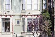 Een van de Painted Ladies, geschilderde Victoriaanse huizen bij Alamy Square. De Amerikaanse stad San Francisco aan de westkust is een van de grootste steden in Amerika en kenmerkt zich door de steile heuvels in de stad.<br /> <br /> One of the Painted Ladies, Victorians houses near Alamy Square. The US city of San Francisco on the west coast is one of the largest cities in America and is characterized by the steep hills in the city.