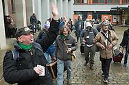 Abreise aus dem verregneten Hamburg: Nachdem Erzbischof Stefan Heße den REISESEGEN<br /> ausgesprochen hat, macht sich auch die Hinz&Kunzt-Gruppe um Stephan Karrenbauer (oben,<br /> mit Koffer) auf Richtung Flughafen. <br /> Hamburg. 2017