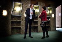 Nederland. Den Haag, 13 januari 2010.<br /> Debat Tweede kamer inzake rapport commissie Davids. Pechtold en Hamer, D66 en PvdA, in gesprek tijdens een nachtelijke schorsing<br /> Het kabinet erkent dat met de kennis van nu een beter volkenrechtelijk mandaat nodig was geweest voor de inval in Irak. Dat schrijft premier Balkenende in een brief aan de Tweede Kamer. Daarmee werd gisteren een kabinetscrisis afgewend.<br /> Gisteren nam Balkenende nog afstand van de passage over het mandaat in het rapport van de commissie-Davids.<br /> Foto Martijn Beekman