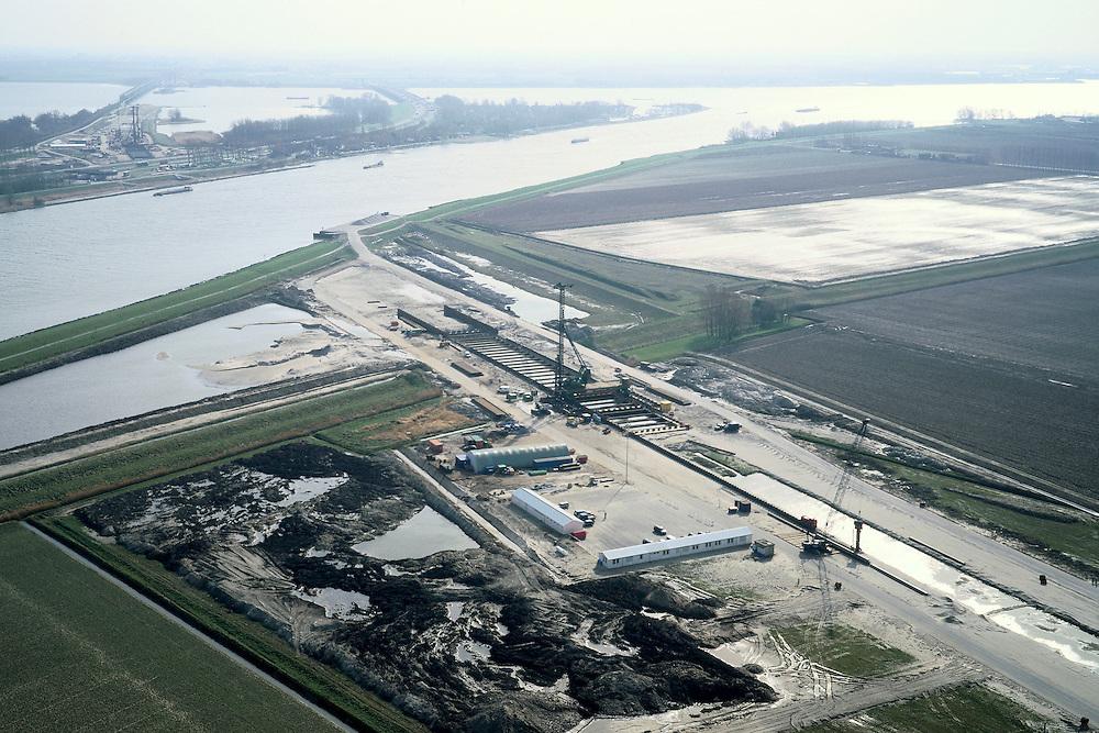 Nederland, Hoeksche Waard, Dordtsche Kil, 08-03-2002; HSL trace loopt van rechts beneden naar de Dordtsche Kil, aanleg van de tunnel toerit; aan de overzijde vervolgt het trace richting Hollandsch Diep / Moerdijkbruggen (aan de horizon, links spoorbrug, rechts autobrug); infrastructuur verkeer en vervoer spoor wegenbouw heistellingen landschap;<br /> luchtfoto (toeslag), aerial photo (additional fee)<br /> foto /photo Siebe Swart