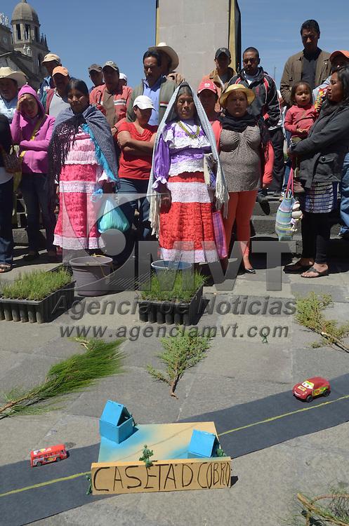 Toluca, México.- Cerca de 40 personas pertenecientes al Frente Mazahua Desarrollo Sustentable del Cutzamala A.C., se manifestaron frente a la camara de diputados, exigiendo el freno de la deforestacion y extraccion de agua de los mantos acuiferos que preseuntamente ha hecho CONAGUA Y CAPUFE. Agencia MVT / Arturo Hernández S.