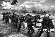 MIEMBROS DE LA POLICIA NACIONAL DEL PERU SE PROTEGEN AL ATERRIZAR EN LA ZONA DE MINERAL DE LA PAMPA EN LA RESERVA NACIONAL TAMBOPATA.<br /> EL IMPACTO DE LA MINERIA ILEGAL EN EL PERU ES DE MAS DE 40,000 HECTAREAS DE BOSQUES DESTRUIDOS. <br /> LA CANTIDAD DE ORO ILEGALMENTE EXTRAIDO EN EL PERU, SUPERA LOS 1,300 MILLONES DE DOLARES AL A&Ntilde;O. ESTA ACTIVIDAD PRODUCE IMPACTOS NEGATIVOS A CUENCAS HIDROGRAFICAS ENTERAS Y MUCHOS DE LOS CASOS DE MANERA IRREMEDIABLE.