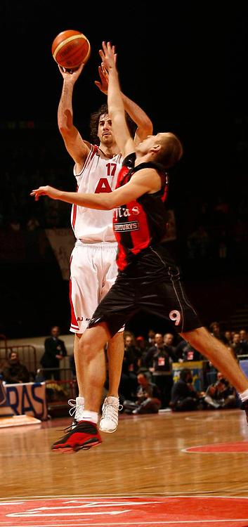 DESCRIZIONE : Milano Eurolega 2005-06 Armani Jeans Milano Lietuvos Rytas <br /> GIOCATORE : Calabria <br /> SQUADRA : Armani Jeans Milano <br /> EVENTO : Eurolega 2005-2006 <br /> GARA : Armani Jeans Milano Lietuvos Rytas <br /> DATA : 04/01/2006 <br /> CATEGORIA : Tiro <br /> SPORT : Pallacanestro <br /> AUTORE : Agenzia Ciamillo-Castoria/C.Scaccini <br /> Galleria : Eurolega 2005-2006 <br /> Fotonotizia : Milano Eurolega 2005-2006 Armani Jeans Milano Lietuvos Rytas <br /> Predefinita :