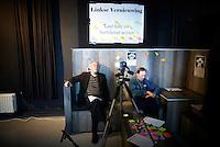 """Nederland.  Utrecht, 5 november 2011 <br /> Kladblaadjes met hartekreten op het grote vel papier. Van de mogelijkheid om een videoboodschap achter te laten werd geen gebruik gemaakt. Linkse Vernieuwing. Leden van zes PvdA-afdelingen starten een traject om de Nederlandse progressieve beweging van nieuwe ideeën en energie te voorzien. """"De komende jaren worden ingrijpende besluiten genomen over bezuinigingen, onze economie, de Europese Unie en de integratie, en juist daarom is er grote maatschappelijke behoefte aan een modern en sterk progressief alternatief"""" staat in een gemeenschappelijke verklaring van voorzitters en leden van de afdelingen Groningen, Eindhoven, Nijmegen, Maastricht, Enschede en Utrecht. Iedereen die links georiënteerd is, is welkom om op grote bijeenkomsten op zaterdag 5 november te praten over hoe zo'n moderne, progressieve beweging eruit ziet. De leden en afdelingen willen met zoveel mogelijk mensen in gesprek en de opbrengsten van alle discussies gebruiken om linkse politiek inhoudelijk en organisatorisch te vernieuwen. Partij van de Arbeid, PvdA, sociaaldemocratie, sociaal-democratie, politiek, politieke partij, democratie<br /> Foto : Martijn Beekman"""