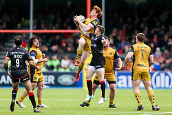 Jack Tovey of Bristol Rugby beats Chris Ashton of Saracens to the high ball - Rogan Thomson/JMP - 29/04/2017 - RUGBY UNION - Allianz Park - London, England - Saracens v Bristol Rugby - Aviva Premiership.
