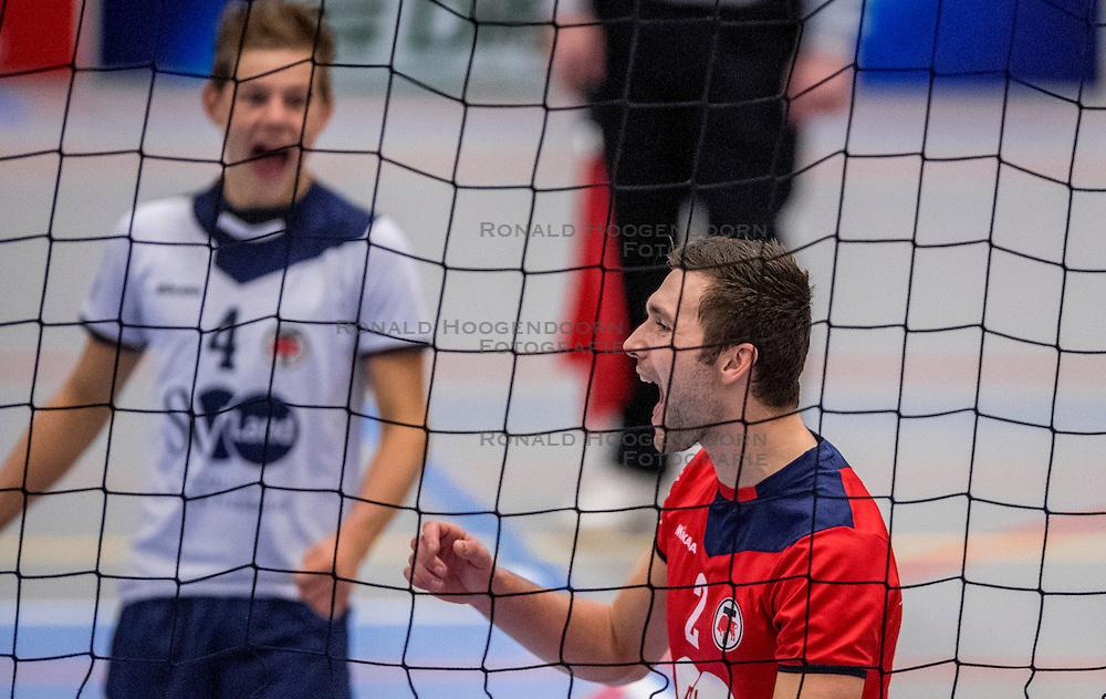 29-10-2016 NED: SV Land Taurus - Coniche Topvolleybal Zwolle, Houten<br /> Taurus wint vrij eenvoudig van Zwolle met 3-0 / Tom van den Boogaard #2 of Taurus
