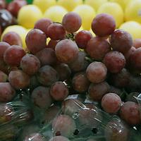 TOLUCA, México.- En la tradicional celebración de año nuevo, no pueden faltar las uvas para los doce deseos, sin embargo algunos hogares omitirán dicha práctica, pues el kilo de uva verde se vende hasta en 90 pesos en los mercados de Toluca, mientras que la morada alcanza los 50 pesos. Agencia MVT / José Hernández. (DIGITAL)