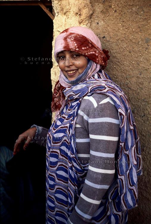 Gennaio 2009.Campo Profughi Saharawi di Dakhla.Ragazza saharawi.<br /> January 2009.The refugee camp of Dakhla.Saharawi Women..