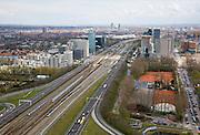 Nederland, Amsterdam, Zuidas, 16-04-2008; het hart van de Zuidas, autosnelweg A10 zuid, onderdeel van de ring de ring A10, gezien naar de oosten;.links van de snelweg het gerechtshof (rechtbank) aan de Parnassusweg, het Atrium en het WTC, rechts Mahler 4 en daarachter het hoofkantoor van de ABN-AMRO; ..luchtfoto (toeslag); aerial photo (additional fee required); .foto Siebe Swart / photo Siebe Swart