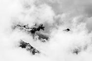 Die Bergüner Stöcke im Parc Ela vom Albulapass im Kanton Graubünden  im Nebel an einem gewittrigen Frühsommerabend im Juni