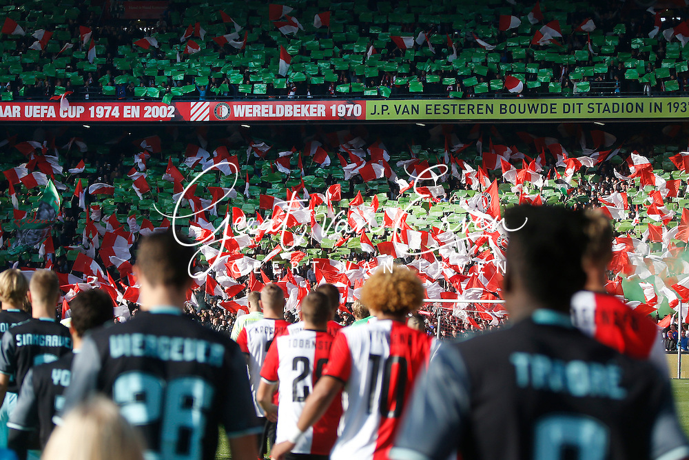 23-10-2016 VOETBAL: EREDIVISIE: FEYENOORD- AJAX: ROTTERDAM <br /> <br /> De spelers komen het veld op met Feyenoord supporters met vlaggen<br /> <br /> Foto: Geert van Erven