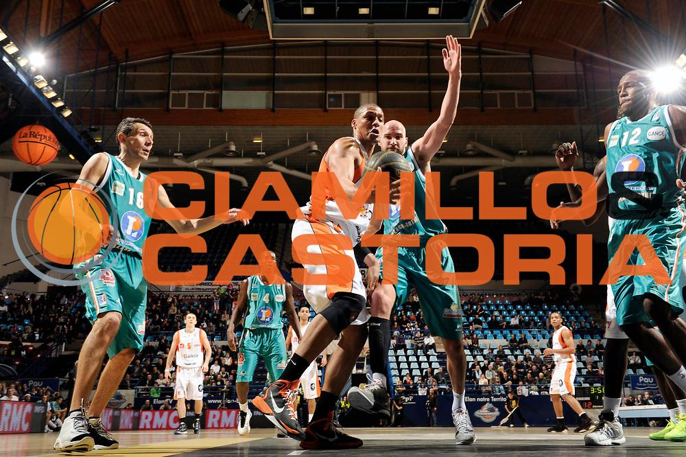 DESCRIZIONE : Championnat de France Basket Ligue Pro A  Semaine des As Demi Finale<br /> GIOCATORE : Issa Dounia<br /> SQUADRA : Gravelines<br /> EVENTO : Ligue Pro A  2010-2011<br /> GARA : Pau Gravelines<br /> DATA : 12/02/2011<br /> CATEGORIA : Basketbal France Ligue Pro A<br /> SPORT : Basketball<br /> AUTORE : JF Molliere par Agenzia Ciamillo-Castoria <br /> Galleria : France Basket 2010-2011 Action<br /> Fotonotizia : Championnat de France Basket Ligue Pro A Semaine des As Demi Finale Pau