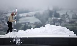 THEMENBILD - ein verspäteter Wintereinbruch zieht derzeit über Österreich. Der von Touristikern in den vergangenen Monaten ersehnte und ausgebliebene Schnee kommt heuer zu spät nach dem Ende der Wintersaison. Im Bild ein Busfahrer, der das Dach seines Busses von den Schneemassen befreit // q late winter break is currently spreading across Austria. The pictures shows a bus driver getting the snow on the roof of his bus down in Fügen, Austria on 2017/04/28. EXPA Pictures © 2017, PhotoCredit: EXPA/ Jakob Gruber