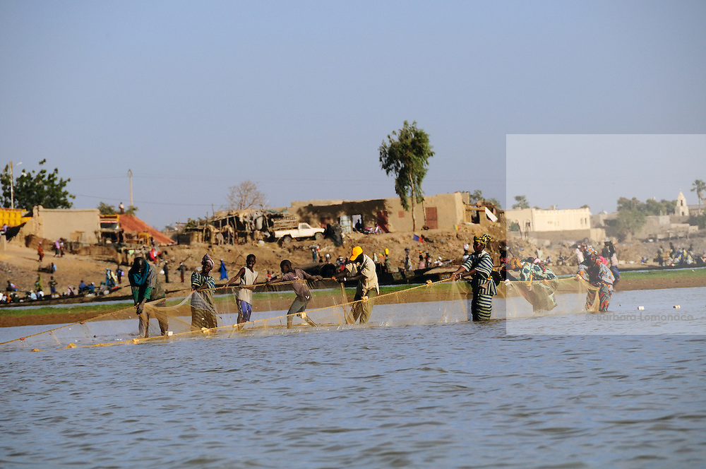Bozo fishermen begin the fishing season in Mopti after the annual stop.