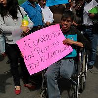Toluca, México.- Comerciantes del mercado Aviación Autopán se manifestaron frente a Palacio Municipal para exigir mayor seguridad en su lugar de trabajo,  limpieza,  y que dejen de ser extorsionados.  Agencia MVT / Crisanta Espinosa