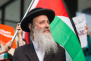 Juifs et arabes unis contre les atrocités commises à Gaza. A rabbi of Orthodox Jewish communities made a speech denouncing the policy of Israel and the atrocities committed against Gaza.