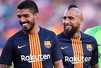 FUSSBALL  INTERNATIONAL   SAISON 2018/2019   15.08.2018 Joan Gamper Cup 2018 FC Barcelona - Boca Juniors Arturo Vidal (re, Barca) und Luis Suarez (li, Barca) hab was zu Lachen