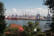Blick auf Hafen von der Elbchaussee, Hamburg, Deutschland.|.view on harbour from Elbchaussee, Hamburg, Germany.