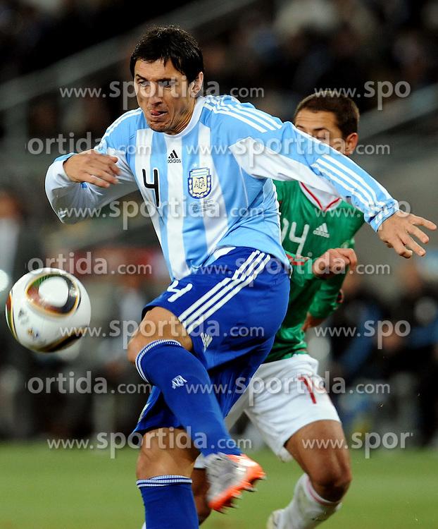 27.06.2010, Soccer City Stadium, Johannesburg, RSA, FIFA WM 2010, Argentina (ARG) vs Mexico (MEX), im Bild Nicolas Burdisso (Argentina).. EXPA Pictures © 2010, PhotoCredit: EXPA/ InsideFoto/ Giorgio Perottino +++ for AUT and SLO only +++ / SPORTIDA PHOTO AGENCY