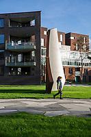 Funenpark met daarin vier Scherven met een gladde en ruwe kant n.a.v. opgravingen. Kunstwerk van Gabriel Lester.