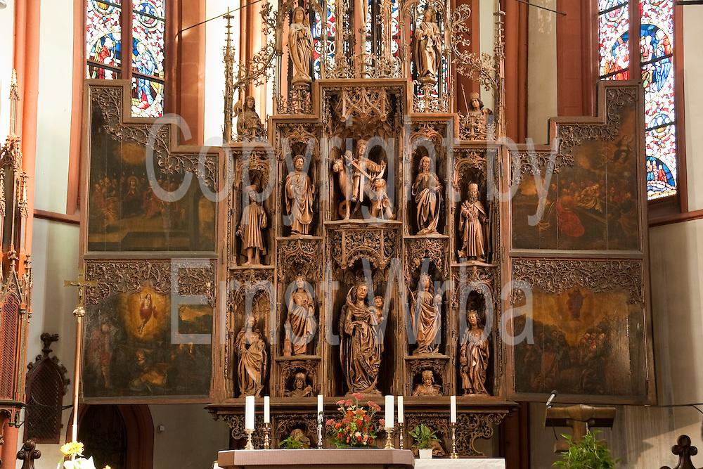 Der Holzaltar in der St. Martin Kirche Lorch, Rheingau, Oberes Mittelrheintal, Hessen, Deutschland.|.Altar in St. Martin church Lorch, Rheingau, Upper Middle Rhine Valley, Hessen Germany