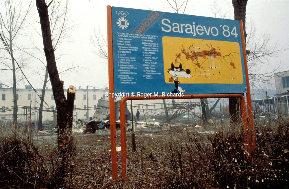A sign welcoming 1984 Winter Olympic visitors to Sarajevo, a reminder of better days, stands outside the destroyed train station during the Bosnian Serb siege of Sarajevo, Bosnia and Herzegovina, December 1992. Almost 2,000 children, and over 10,000 people in total were killed in Sarajevo during the 3-1/2 year siege. (Photo by Roger Richards)