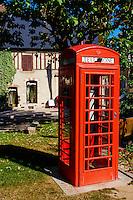 France, Cher (18), Sologne, Aubigny sur Nère, villes des Stuart, cabine téléphonique écossaise situé sur la place de l'Etape aux Vins, route Jacques Coeur // France, Cher (18), Sologne, Aubigny-sur-Nere, the Jacques Coeur road, City of Stuart, Scottish phone box on the square of Etape aux Vins