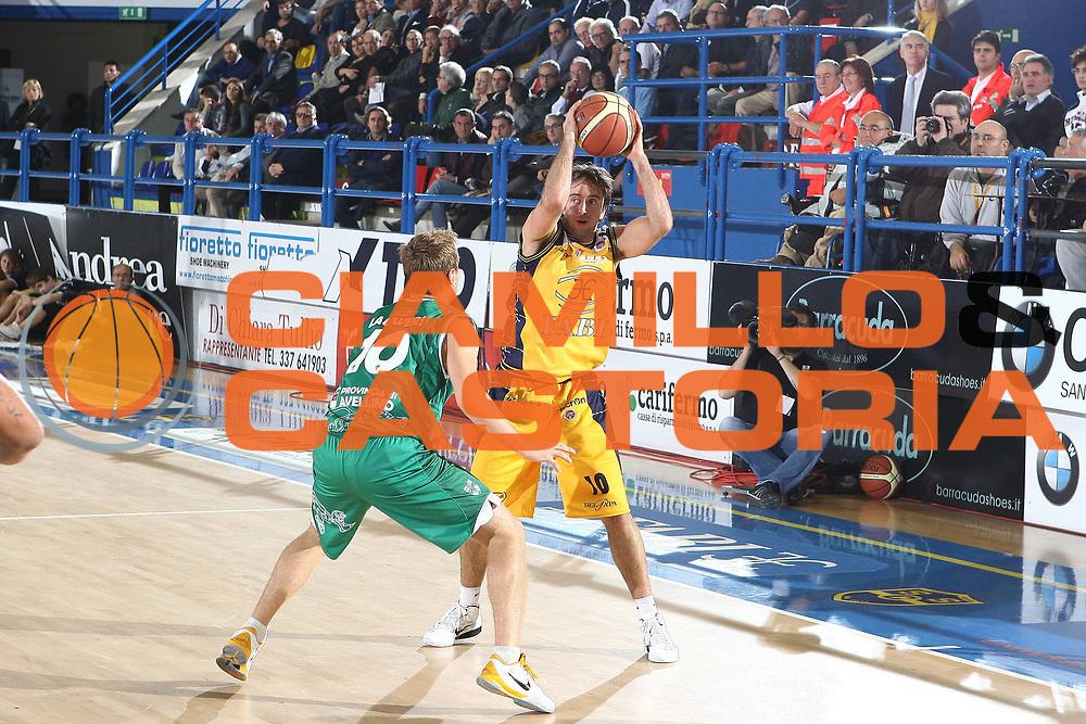 DESCRIZIONE : Porto San Giorgio Lega A 2010-11 Fabi Montegranaro Air Avellino <br /> GIOCATORE : Daniele Cavaliero<br /> SQUADRA : Fabi Montegranaro<br /> EVENTO : Campionato Lega A 2010-2011<br /> GARA : Fabi Montegranaro Air Avellino<br /> DATA : 14/11/2010<br /> CATEGORIA : palleggio<br /> SPORT : Pallacanestro<br /> AUTORE : Agenzia Ciamillo-Castoria/C.De Massis<br /> Galleria : Lega Basket A 2010-2011<br /> Fotonotizia : Porto San Giorgio Lega A 2010-11 Fabi Montegranaro Air Avellino <br /> Predefinita :