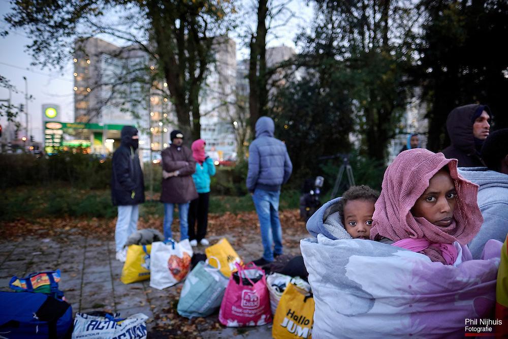 Den Haag, 12 november 2015 - Ontevreden asielzoekers protesteren tegen de omstandigheden waarin ze worden opgevangen in het voormalige ministerie van Sociale Zaken en Werkgelegenheid in Den Haag. <br /> Woensdagavond sliep een aantal van hen uit protest voor de deur in plaats van binnen. De asielzoekers vinden de omstandigheden op de locatie te slecht.<br /> <br /> Foto: Phil Nijhuis