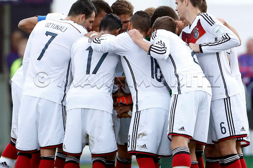 FIFA U20 World Cup New Zealand 2015, 14 June 2015, Christchurch, Mali - Germany, 1:1 (4:3, PSO), Quarterfinal, the German team gathers after half time and put their hands together in a ritual to strengthen the team spirit