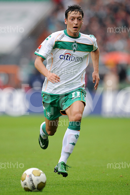 FUSSBALL   1. BUNDESLIGA   SAISON 2008/2009   2. SPIELTAG SV Werder Bremen - FC Schalke 04                         23.08.2008 Mesut OEZIL (?ZIL, SV Werder Bremen) Einzelaktion am Ball