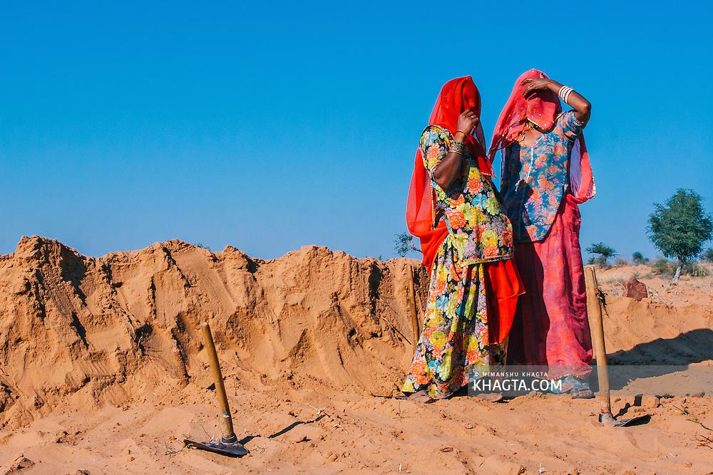 Rajasthani women working in the desert near Osian, Jodhpur