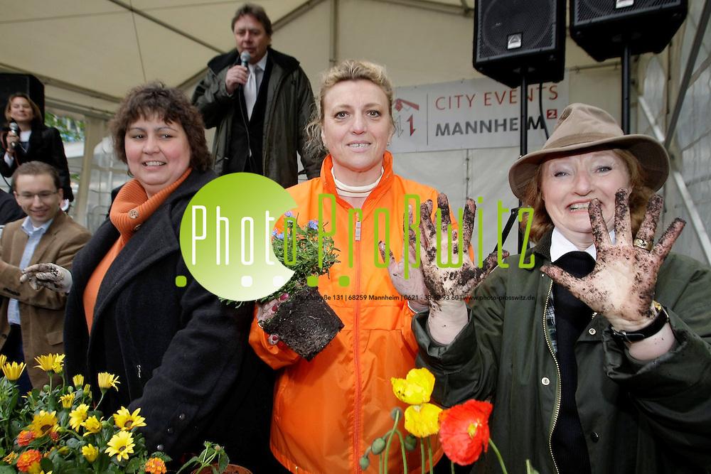Mannheim.. Paradeplatz. Start zum Blumenschmuckwettbewerb &quot;Mannheim bl&cedil;ht auf&quot;. Stadtr&permil;te bepflanzen einen Blumentopf mit Fr&cedil;hlingspflanzen.<br /> - v.l.  Mathias Meder (Gr&cedil;ne), Evelyn Gottselig und Andrea Safferling (SPD) und Helen Heberer (MdL SPD)<br /> <br /> <br /> Bild: Markus Proflwitz / masterpress /  <br /> <br /> ++++ Archivbilder und weitere Motive finden Sie auch in unserem OnlineArchiv. www.masterpress.org oder &cedil;ber das Metropolregion Rhein-Neckar Bildportal   ++++
