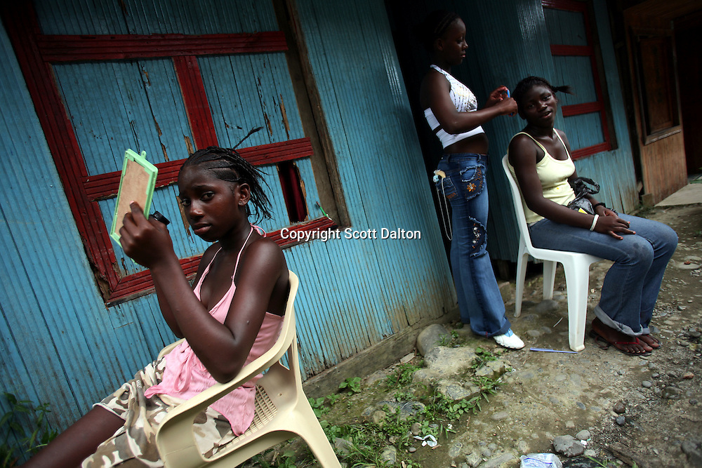 Girls do their hair in Lleras, a poor barrio in Buenaventura, on the Pacific Coast of Colombia, on Sunday, May 13, 2007. Buenaventura is in the midst of a spree of violence over control of drug shipments from the poor barrios in the city. Many of the neighborhoods have a strong presence of FARC militias that control most of the drug trade in the city. (Photo/Scott Dalton)