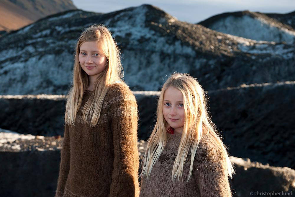 Bjargey og Arndís við Svínafellsjökul.