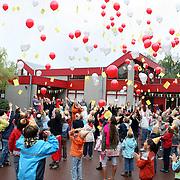 NLD/Huizen/20070917 - School de gouden kraal Hoofdweg 107 Huizen bestaat 25 jaar, scholieren laten balonnen op
