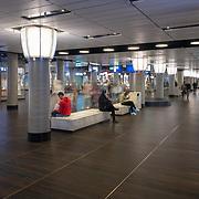 Vloerafwerking en betegeling door Intercodam bij Amsterdam Centraal station Oost passage en winkels.