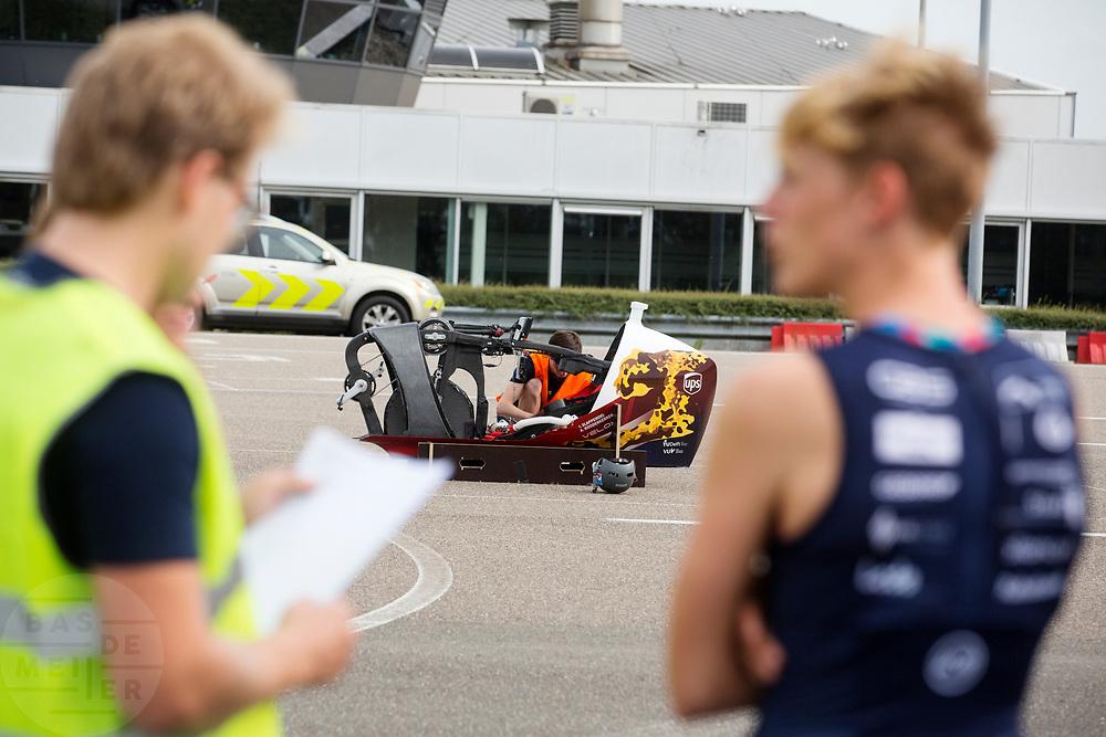 Iris Slappendel (rechts) bespreekt het protocol terwijl de VeloX 7 wordt klaar gezet. In Lelystad test het HPT voor de laatste keer de nieuwe fiets op de RDW baan. In september wil het Human Power Team Delft en Amsterdam, dat bestaat uit studenten van de TU Delft en de VU Amsterdam, tijdens de World Human Powered Speed Challenge in Nevada een poging doen het wereldrecord snelfietsen voor vrouwen te verbreken met de VeloX 7, een gestroomlijnde ligfiets. Het record is met 121,44 km/h sinds 2009 in handen van de Francaise Barbara Buatois. De Canadees Todd Reichert is de snelste man met 144,17 km/h sinds 2016.<br /> <br /> In Lelystad the team tests the new bike for the last time before the record attempts. With the VeloX 7, a special recumbent bike, the Human Power Team Delft and Amsterdam, consisting of students of the TU Delft and the VU Amsterdam, also wants to set a new woman's world record cycling in September at the World Human Powered Speed Challenge in Nevada. The current speed record is 121,44 km/h, set in 2009 by Barbara Buatois. The fastest man is Todd Reichert with 144,17 km/h.
