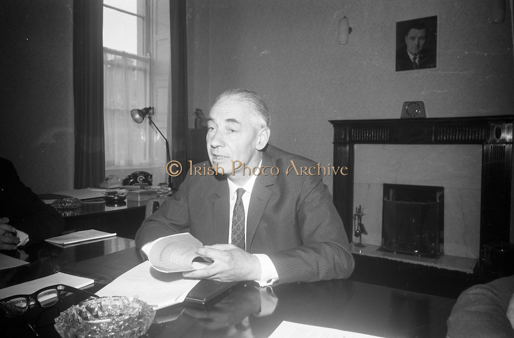"""The American Ambassador to  Ireland, Raymond R. Guest, unveilled a plaque at """"Glena"""", Rock Road, Booterstown, Co. Dublin, the house in which John Count McCormack, the world famous Irish tenor, died 21 years ago.27.09.1966"""