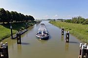 Nederland, Heerewaarden, 6-6-2018Een binnenvaartschip vaart de sluis in om geschut te worden van de Maas naar de Waal . Via het kanaal van Sint Andries en de Sint Andriessluis .Foto: Flip Franssen