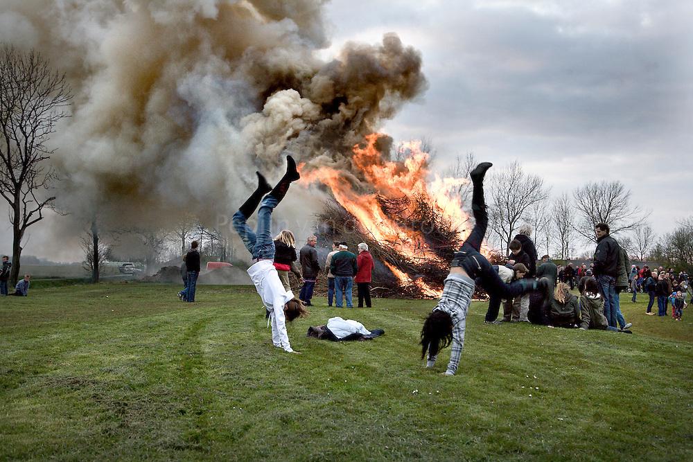 Westeremden. Veel  rook  bij verlaat paasvuur. foto : Pepijn van den Broeke.