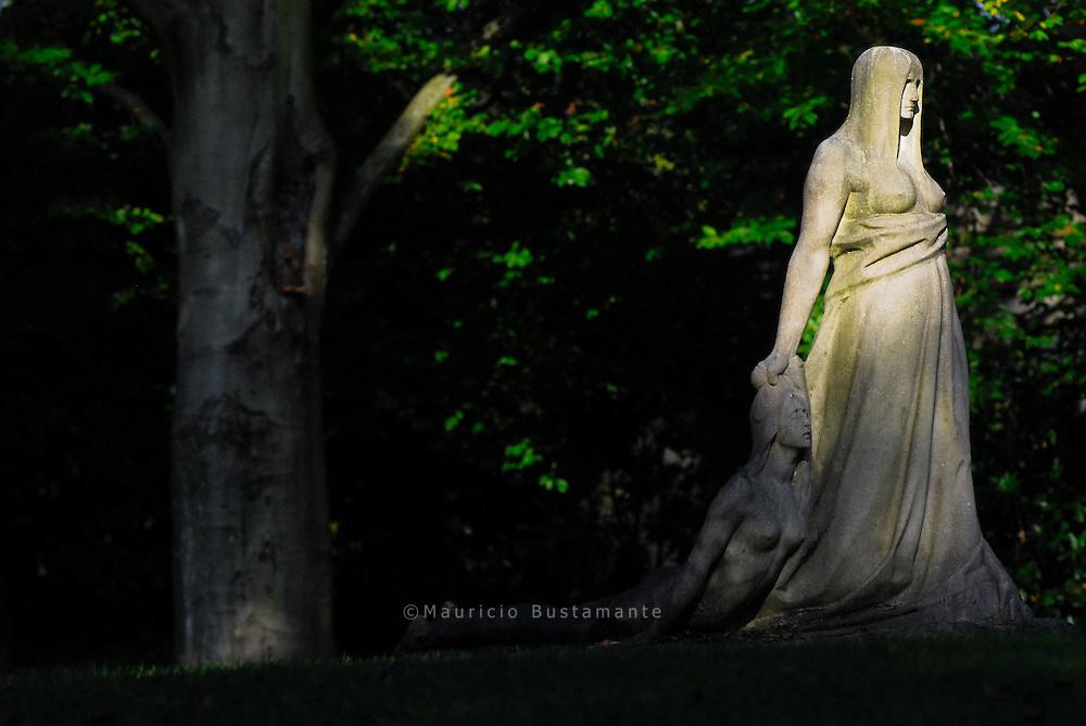 "Hamburg, Ohlsdorf, Friedhof Ohlsdorf, Skulptur ,,Schicksal"" von Hugo Lederer (1905)"