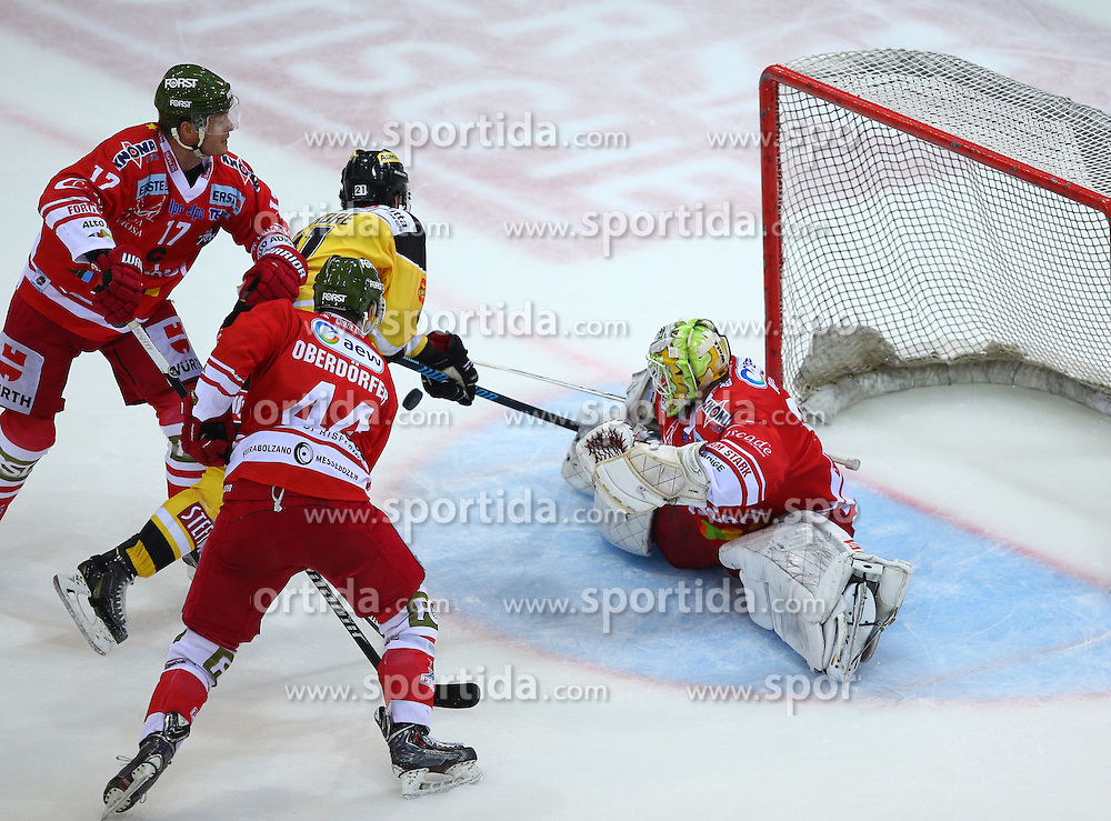 09.10.2015, Albert Schultz Eishalle, Wien, AUT, EBEL, UPC Vienna Capitals vs HC Bozen, 9. Runde, im Bild Alexander Egger (HC Bozen), Hannes Oberdoerfer (HC Bozen), Derek Whitmore (UPC Vienna Capitals) und Jaroslav Huebl (HC Bozen) // during the Erste Bank Icehockey League 9th Round match between UPC Vienna Capitals and HC Bozen at the Albert Schultz Ice Arena, Vienna, Austria on 2015/10/09. EXPA Pictures © 2015, PhotoCredit: EXPA/ Thomas Haumer