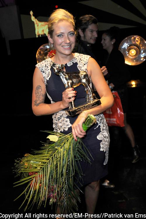 NFF - Nederlands Filmfestival - uitreiking van de Gouden Kalveren in Tivolli Utrecht.<br /> <br /> op de foto:  Anne Barnhoorn met een Gouden Kalf voor Beste Scenario voor de Aanmodderfakker